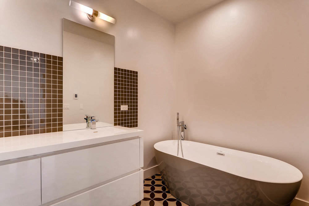 1634 W Augusta Blvd Chicago IL-large-021-22-Lower Level Master Bathroom-1500x1000-72dpi.jpg