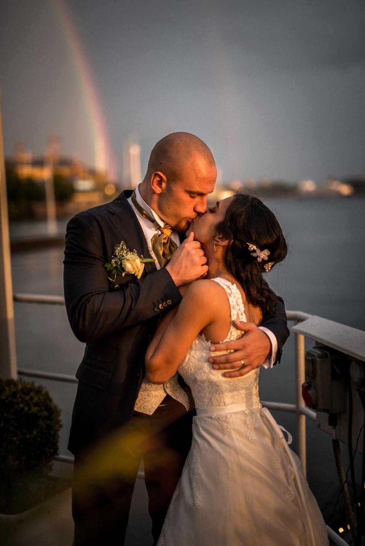 Bröllopspar i solnedgång. Fotograferad på strandvägen