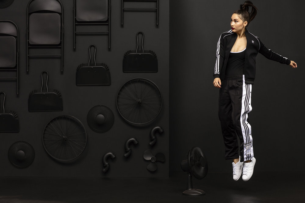 FW18_ADICOLOR_FNL_SIX_02_FEMALE_BLACK_1_2233_2500.jpg