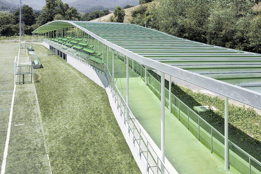 Campo de fútbol, edificio de gradas, vestuarios y servicios
