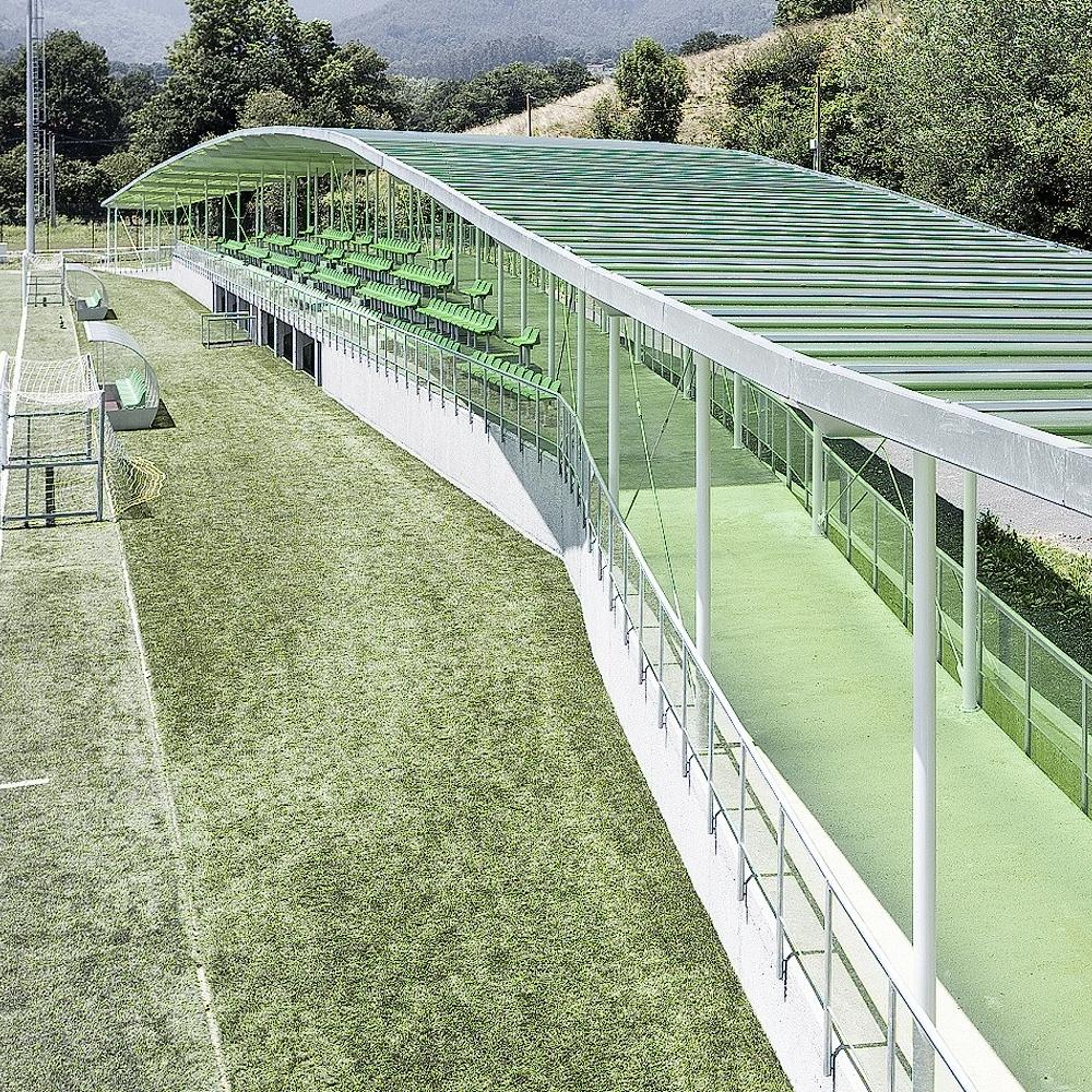 Campo de fútbol, edificio de gradas y servicios -