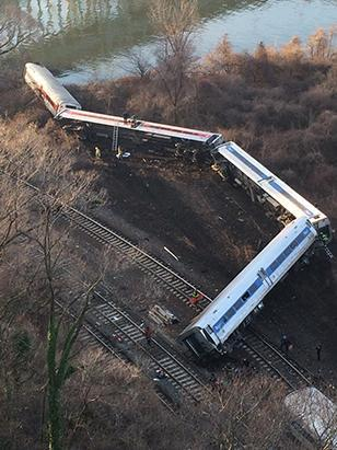 ht_full_train_derailed_credit_liz_vuktilaj_ss13_jt_131201_ssv.jpg
