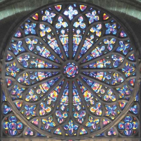 Das von Jean Le Moal gestaltete Fenster der Kathedrale St. Vincent