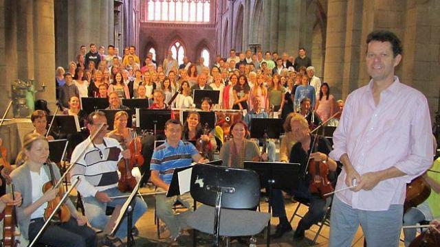 Martin Fratz mit Chor und Orchester bei der Generalprobe.Mit diesem Foto wurdedas Konzert in der französischen  Lokalpresse  angekündigt.