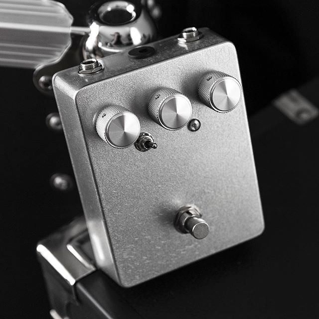 Custom Shop Soothsayer with a one-off checked Inca Silver nitrocellulose finish by MJT (it has a spidered glass look), knurled aluminum knobs, a red fresnel lens LED, and a smoother gain taper ⚡️ Available now - email if interested