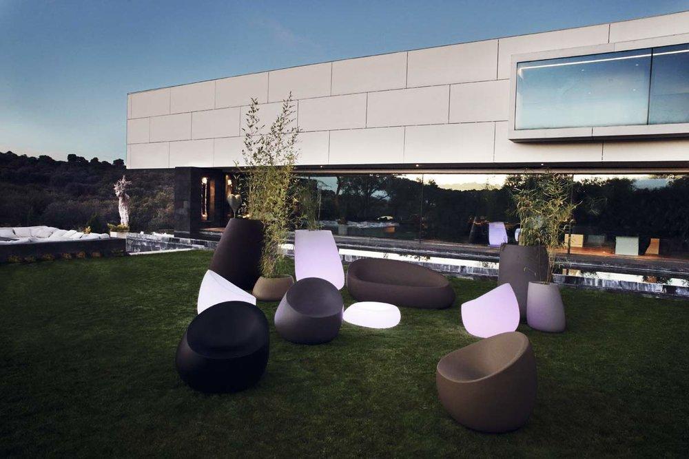 design-light-up-outdoor-furniture-sofa-loungechair-table-light-upplanters-stones-stefanogiovannoni-vondom.jpg