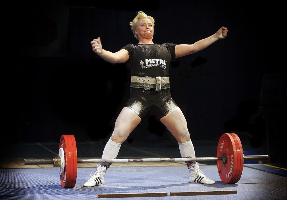 Heidi Hille Arnesen tar gull i markløft med 205 kg.
