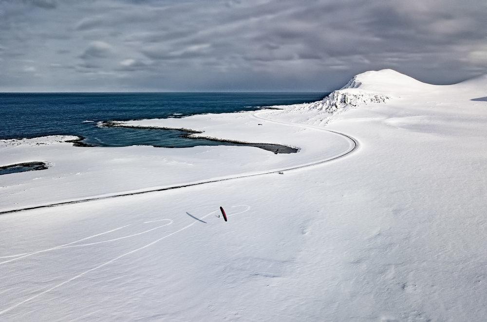 Månedens dokumentarfoto:Snøkitere nyter påsken ved Sandfjordbukta mellom Berlevåg og Kongsfjord. Polare lavtrykk kommer ofte og plutselig inn fra Barentshavet her.
