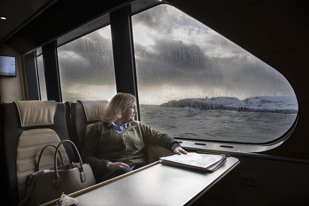 Mellom himmel og hav - I havgapet er det improvisering som gjelder, ikke innlærte prosedyrer. Sykepleier Anne Gieæver er nemlig mer. Hun må også være alt fra begravelsesagent til dyrepasser.Sak kommer snart.