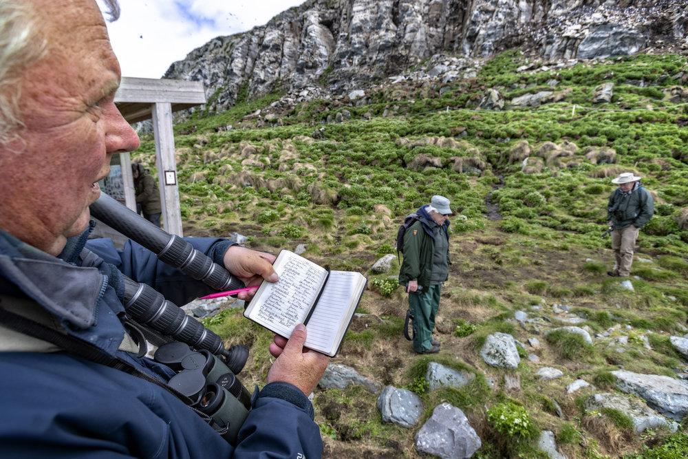 EKSPERT: Fugleekspert Mark Finn fra Skottland kan halvveis i turen han notere 80 ulike arter i boken. Da tidagersturen var over, var antallet 140.