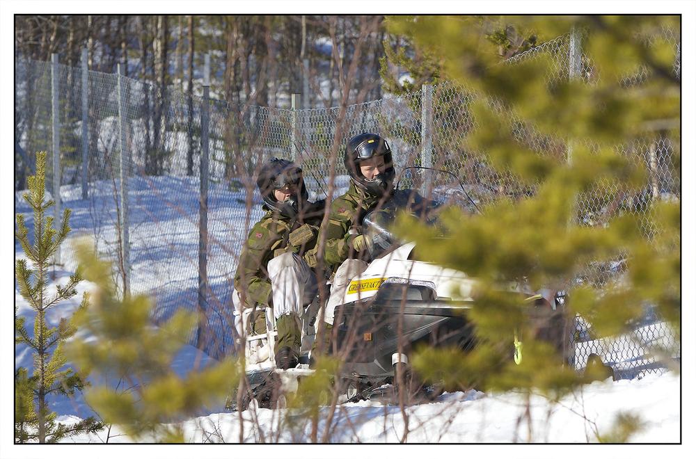 Trafikken over grensen foretas på mange vis. Låsen inn til det russiske kraftverket Hestefoss kontrolleres også en gang i døgnet av grensevakten.