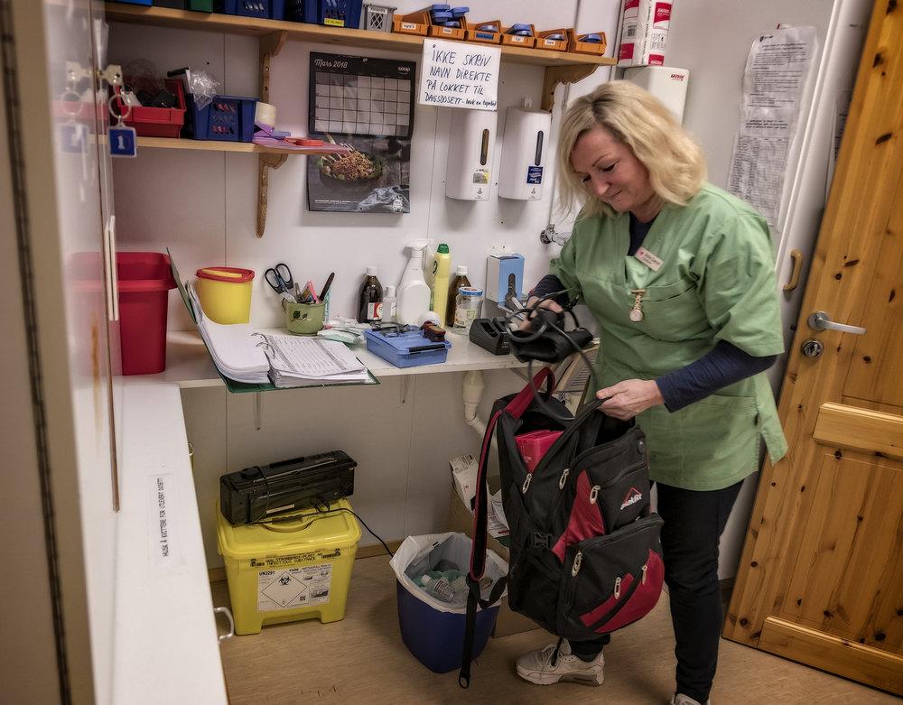 Kvelden før besøket på Rolvsøy pakkes sekken med blodtrykksmåler og annet vanlig utstyr. Denne gangen er også en tidsbryter til en kaffetrakter med. Mange eldre bor alene, og noen blir glemske.