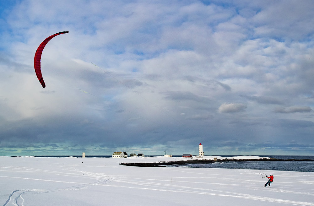 Frøydis Sjøvold suser avgårde langs Barentshavet og Kjølnes fyr ved Berlevåg.