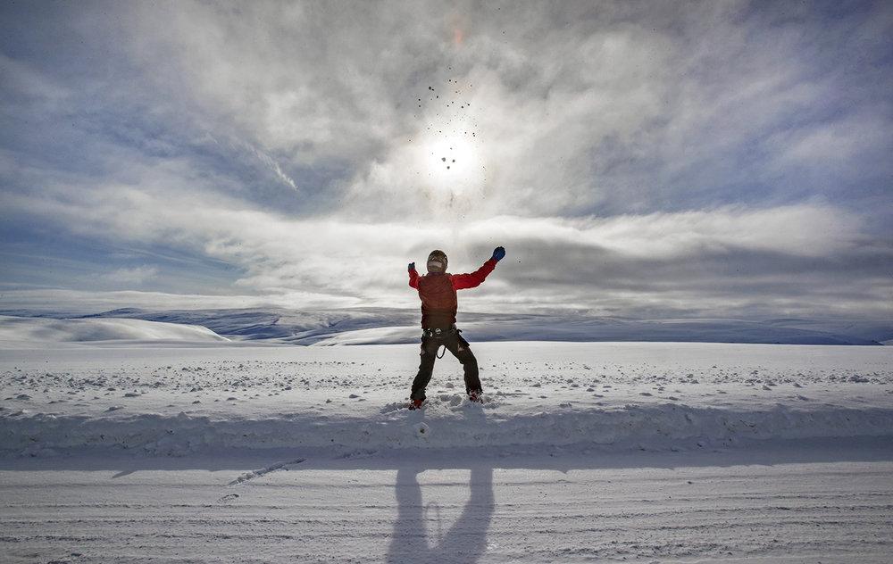 Øyvind Stangnes sjekker vindforholdene.