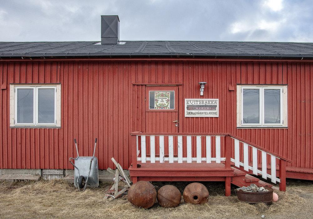RETRO-HJEM FOR KREATIVE I BERLEVÅG.  Kvitbrakka i Berlevåg huset Statens havnevesen og arbeidsfolk som bygde moloene. Nå er brakka et unikt retro-hjem til leie for kreative hjerner.