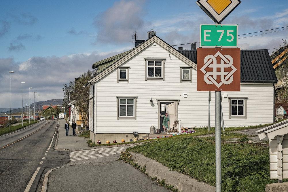 Mette Jacobsens hus er en attraksjon både blant Vadsøfolk og turister. Et skilt ønsker alle velkommen til en pause på trappa. Ikke alle forstår med en gang at huset er et av de få som unnslapp bombene i Vadsø i 1944.