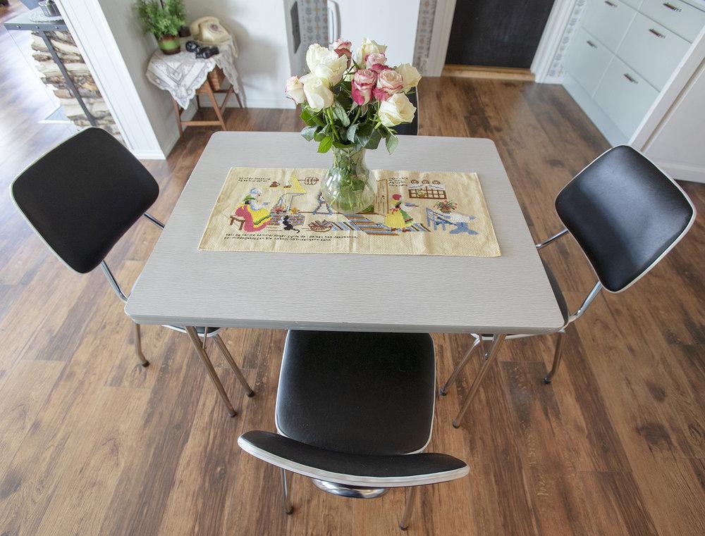 Kjøkkenduken er en klokkestreng som skulle vært i glass og ramme, men som fikk et nytt liv på bordet.