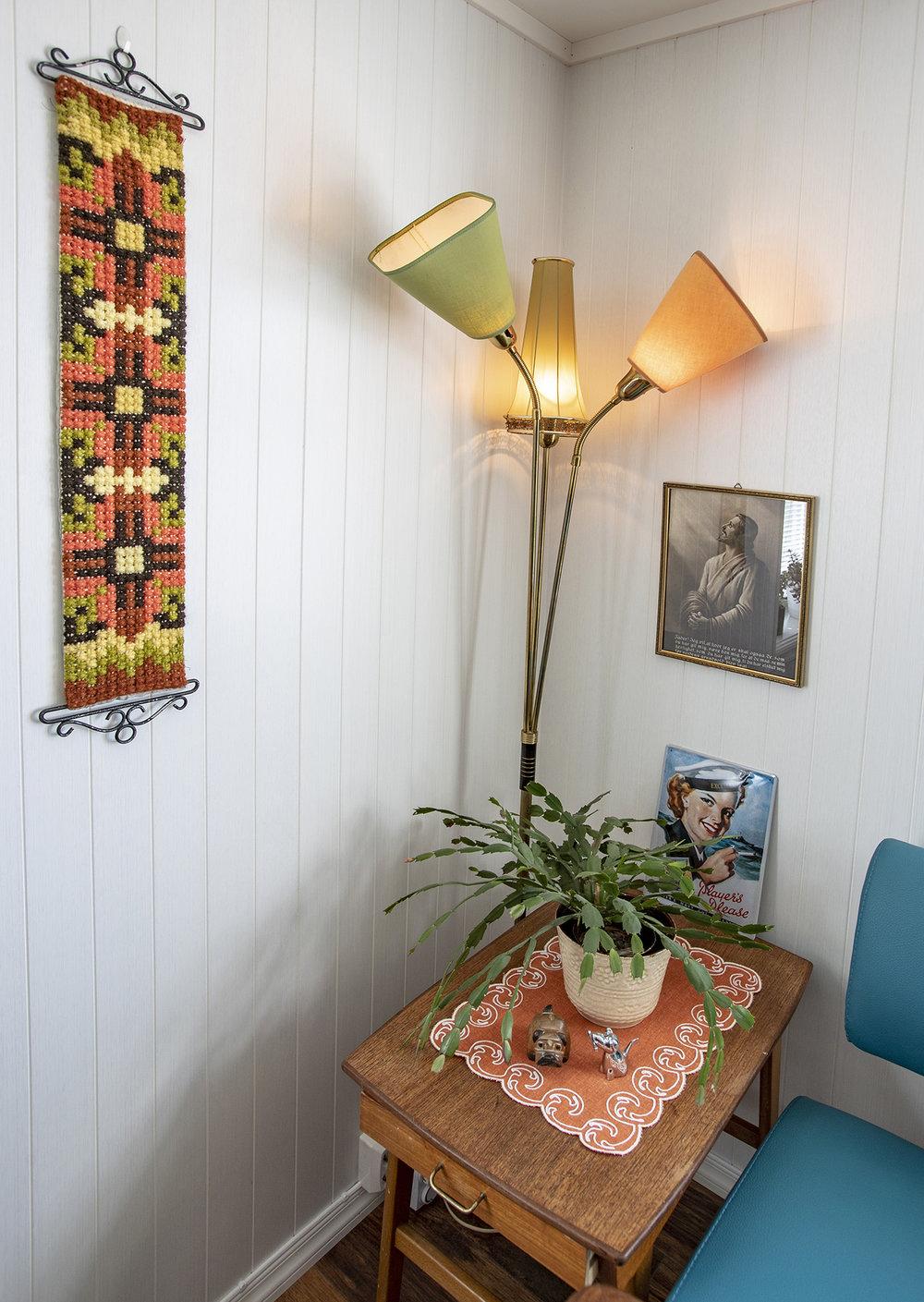Et eget hjørne i stua er viet gamle minner fra familien i Berlevåg. Lampen ble reddet fra søppelplassen, mens Jesus er tatt fra hytta og klokkestrengen var bestemorens.