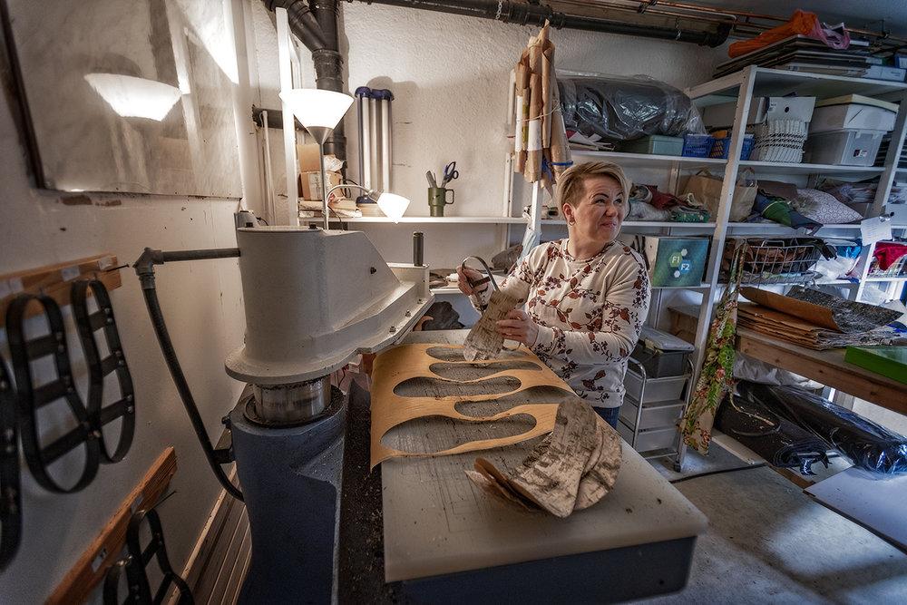 HÅNDARBEID:  Heidi Kamilla Eira laget bare bjørkenever-såler det første året hos Sara Duodji. – Jeg trives med fysisk arbeid, og er stolt over håndarbeidet vi produserer.