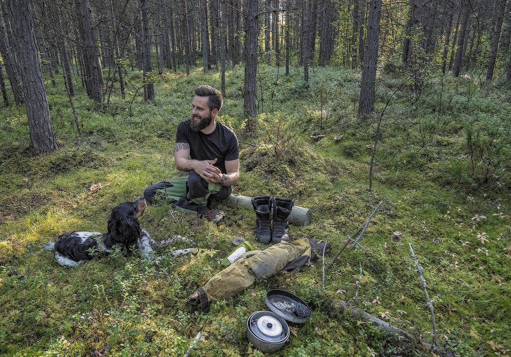 REPARER, IKKE KAST: Hans-Petter Frøhaug er arktisk naturguide i Alta, så jobbantrekket er ikke akkurat dress. Selv om klærne blir slitt, blir de reparert så langt det går.