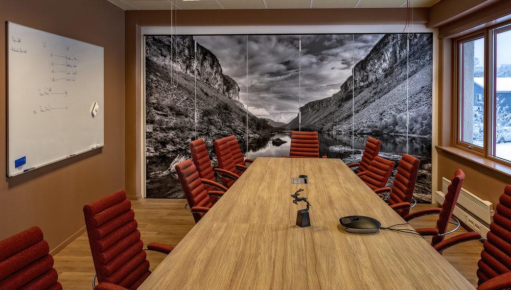 LAKSEROSA:    De lakserosa veggene i møterommet var ikke en favoritt i starten, men det har endret seg. Fargenavnet passer godt, da Hagberg er laksefisker. Derfor er det også et stort bilde av Altaelva på veggen. Så vet alle hvem de snakker med på videokonferanser.
