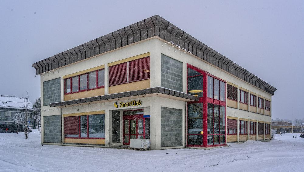 NY DESIGN: Arkitekt Bente Mannsverk og fargedesigner Dagny Thurmann-Moe har forvandlet det gamle bankbygget på innsiden. Alt er tilrettelagt for at de ansatte skal trives.