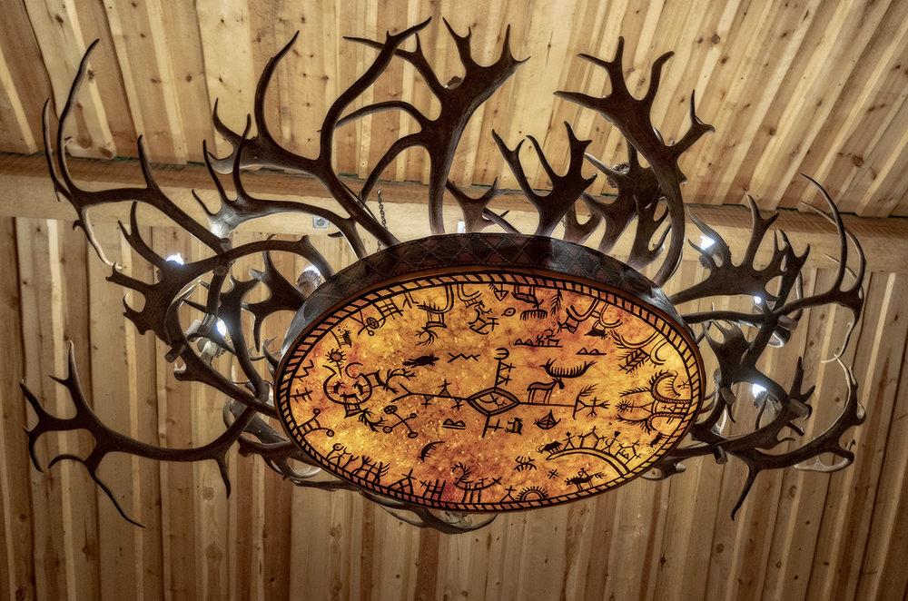 En  runebomme  her brukt som dekorasjon i en taklampe.