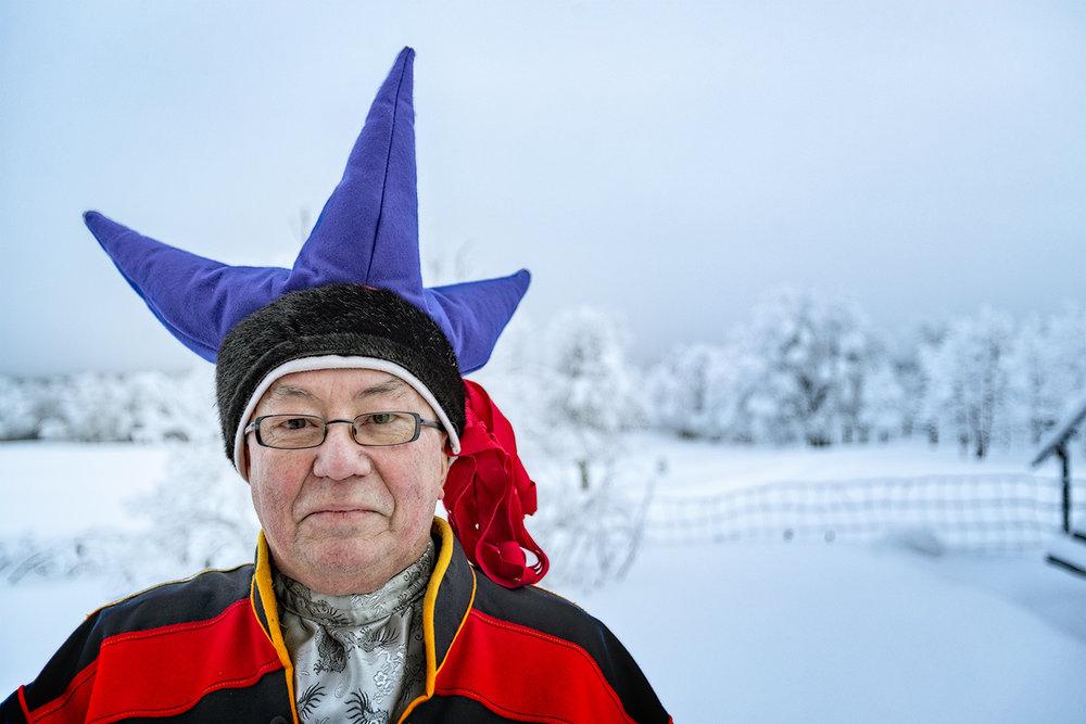 SAMISK:  Klær er en viktig del av Olav Sara Nikkinens samiske identitet. En type mannslue er stjernelua. Kofta er en arbeidskofte, og ikke like bundet av regler som de stedsbundne festkoftene.