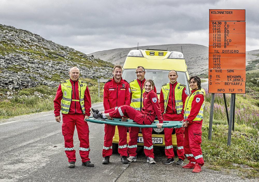 KOLONNE:  Når siste kolonne er gått og været er uforsvarlig, hender det de må overnatte i ambulansen. Den første kolonnekjøringen er rett utenfor Kjøllefjord sentrum. (F.v) Dan Børge Weie, Ørjan Olsen, Skjalg Holand, Ronny Harjo og Andreas Ingilæ og Karine Larssen på båren.