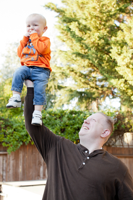 dad holding son up with one arm cute family session idea