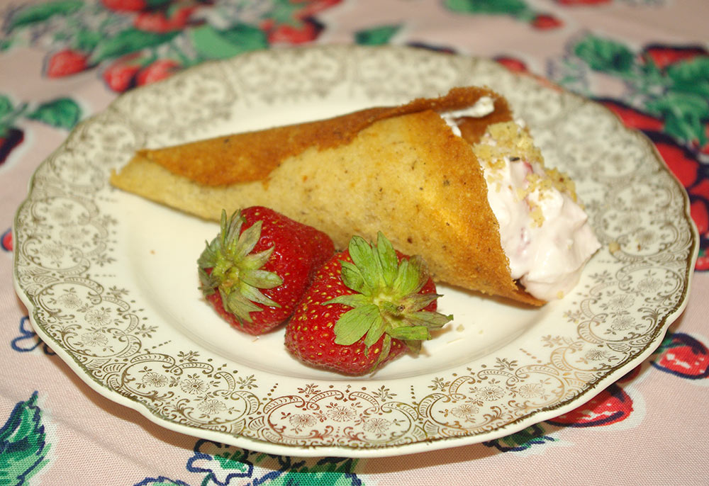 Cornucopias with strawberry-flavored cream filling