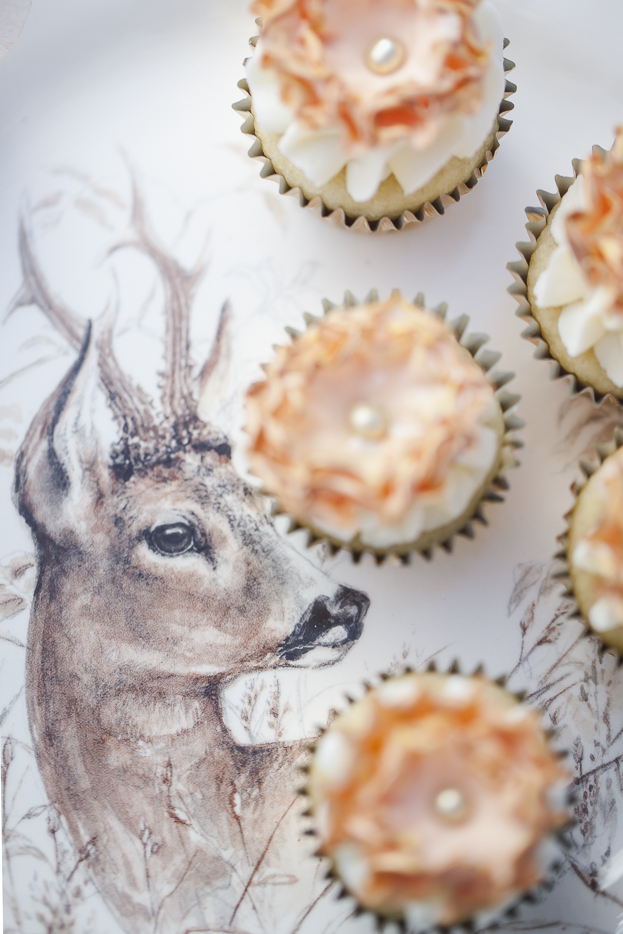 A close up of the Gien 'Sologne' cake platter featuring a deer.