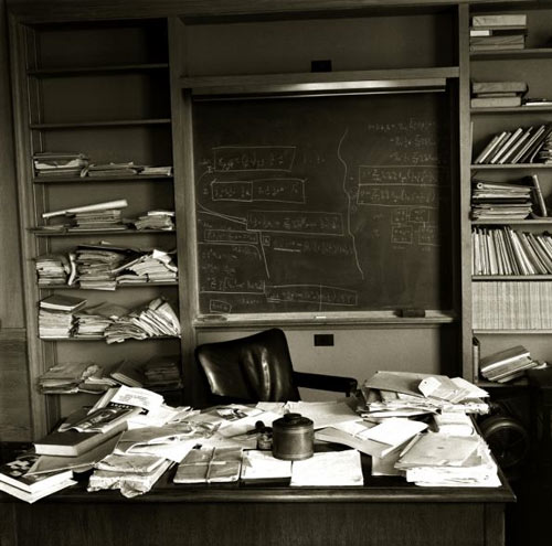 Inspiration: The Messy Desks Of Einstein, Jobs, and Twain officesnapshots.com Ran across an image of Albert Ein­stein's desk and is remind­ed me of a post I had done about Steve Jobs after he passed last year. Both desks were what some would call 'not orga­nized in any par­tic­u­lar fash­ion'. So I thought I'd poke around f… RT @the99percent: The Messy Desks Of Einstein, Jobs, and Twain - http://t.co/U8PKgTDC