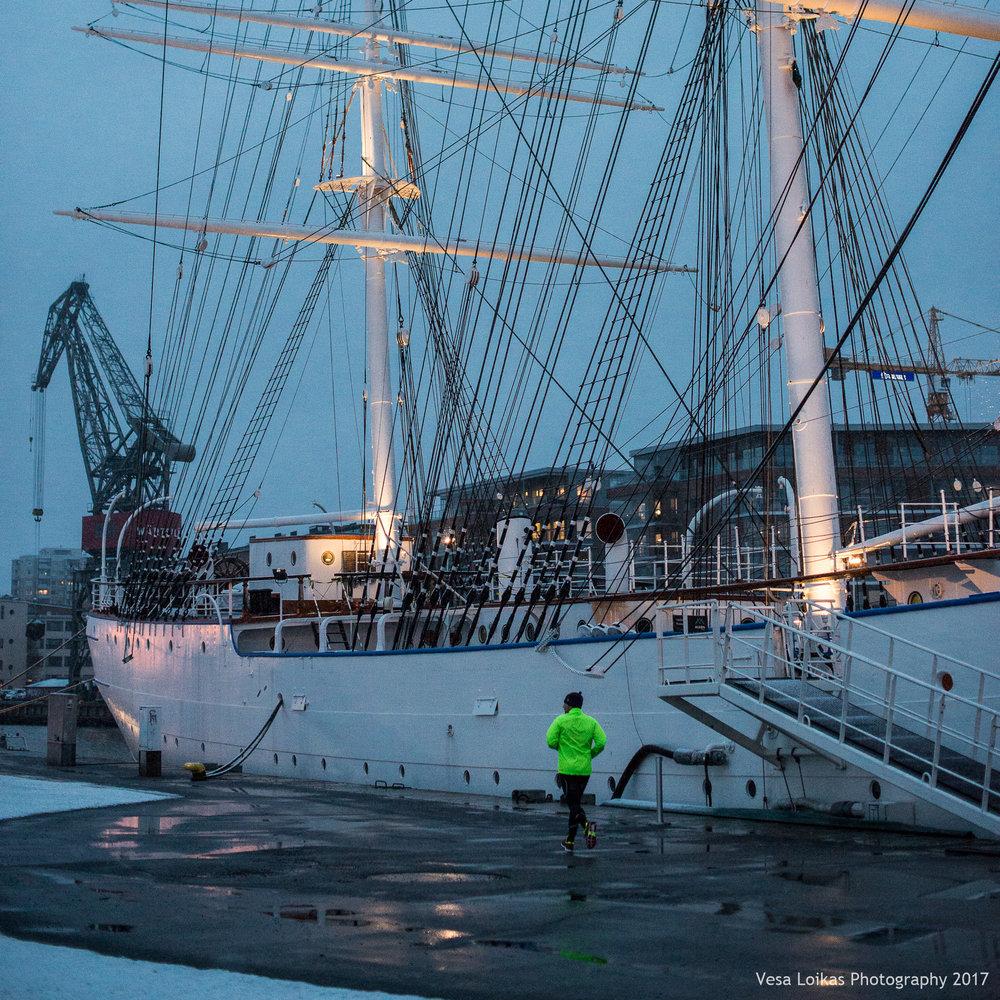 Lämmittelyä Suomen Joutsenen vieressä | Warming up by Suomen Joutsen Ship