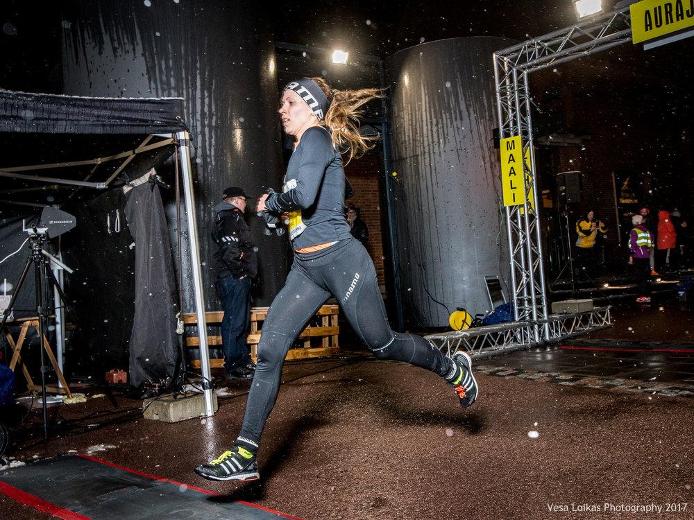 Naisten 10 km voittaja Janica Mäkelä maalissa| Women 10k winner at finish line