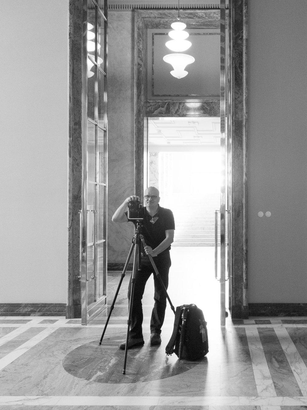 Photographer Vesa Loikas on assignment in the Hall of State in the Parliament building in Helsinki, Finland in September 11th, 2017. Valokuvaaja Vesa Loikas kuvaamassa eduskuntataloa Helsingissä syyskuussa 2017.