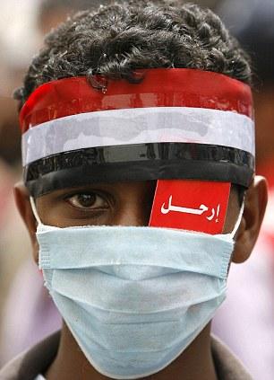 """Et jemenittisk barn med en lapp over sitt venstre øye med påskriften """"irhal"""" (forsvinn) Foto: AFP/Getty Images"""