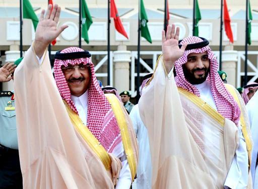 Mohammed Bin Nayef, nr 1 i arverekken og Mohammed bin Salman, nr 2, avbildet sammen i godt humør. Nå ryktes det at de har havnet i konflikt med hverandre.