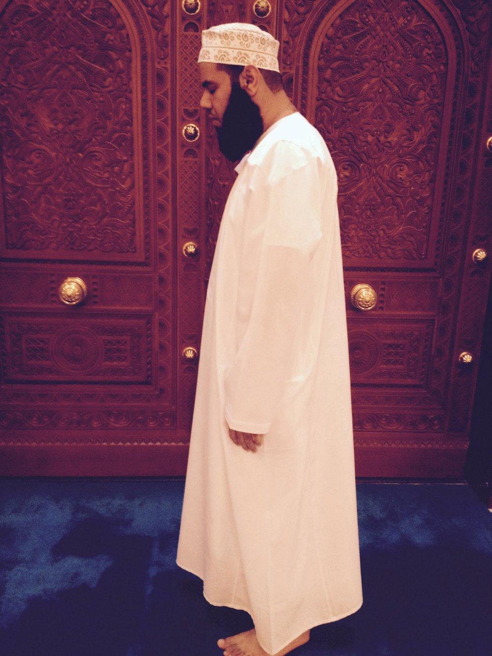 Ibadhi Imam Zahir Salim Ali al-Abdulsalam utfører bønn i henhold til ibadi's måte, i motsetningen til en sunni som står med hendene på brystet, står en ibadi med armene rett ned.Foto:Kjersti S. Macdonald Aursnes