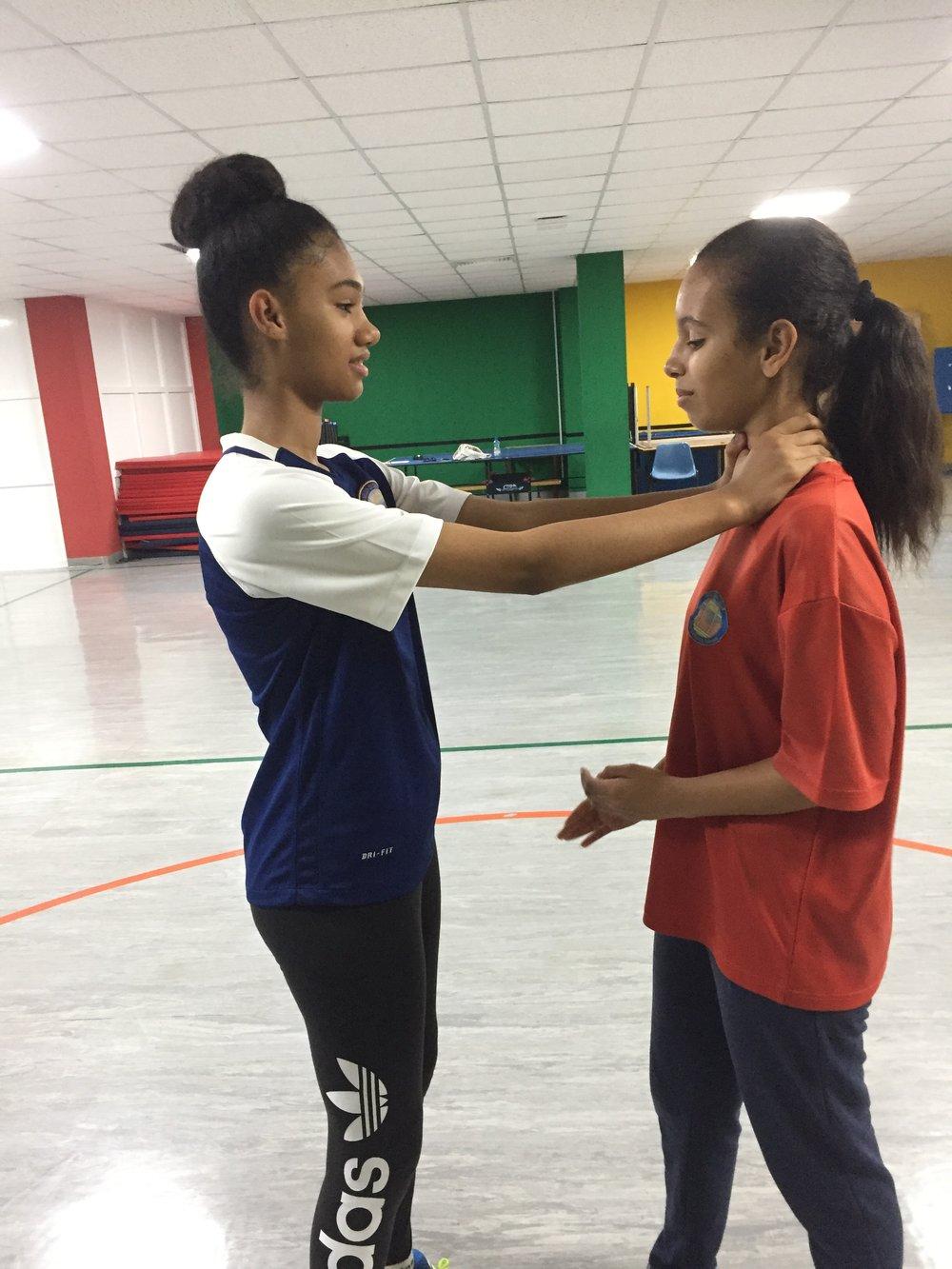 Jenter fra 8.klasse øver på å forsvare seg fra kveling. Foto: Steven Bartle