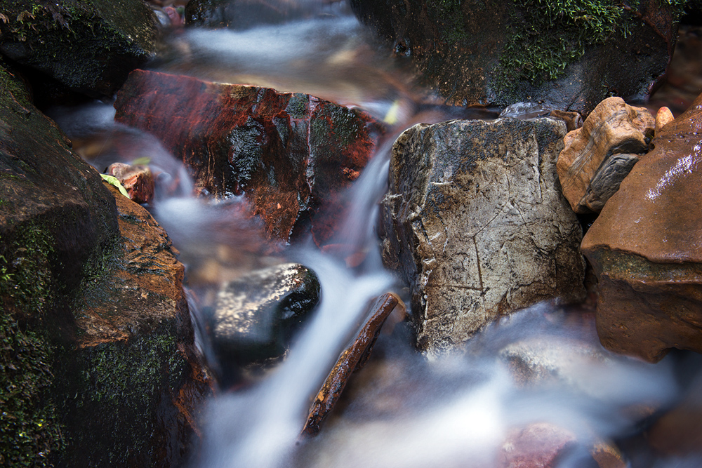 rocks in stream 7159.jpg