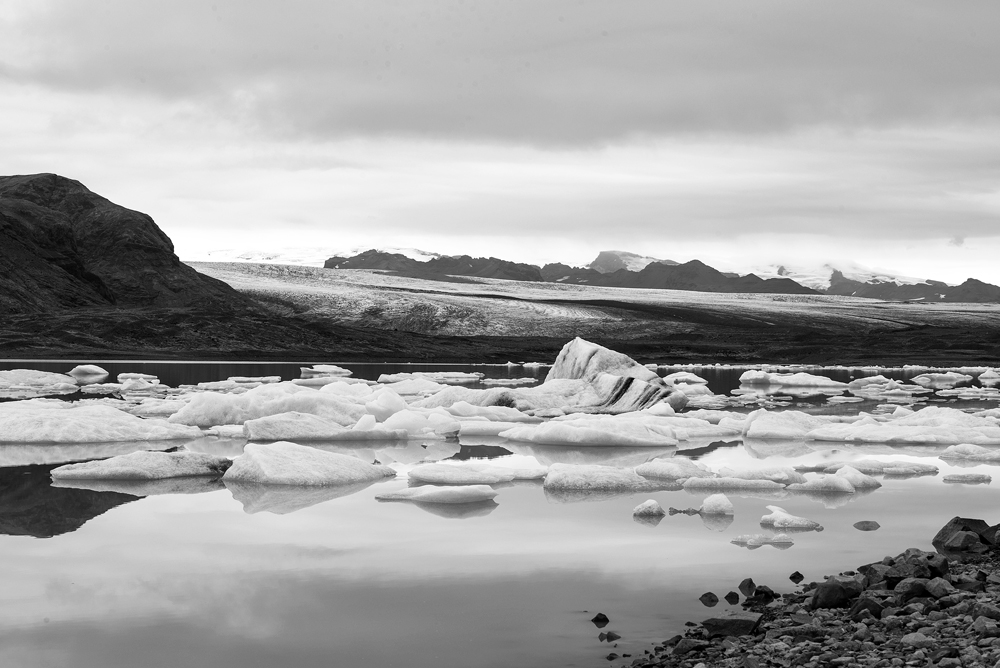 jokulsarlon side lake bw 4045.jpg