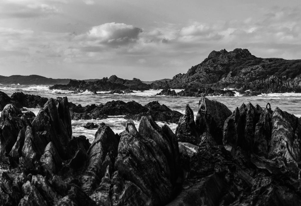 rocky shore bw 5930.jpg