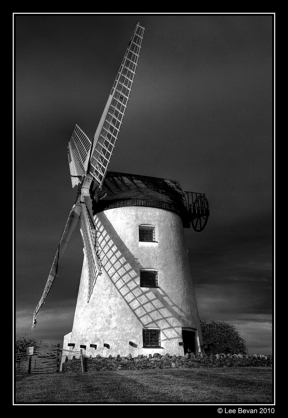 windmill_black_and_white_hdr_by_leeby-d2yhakk.jpg