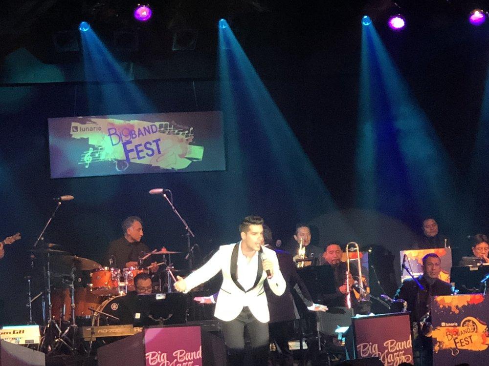 Guest singer Lenny de la Rosa