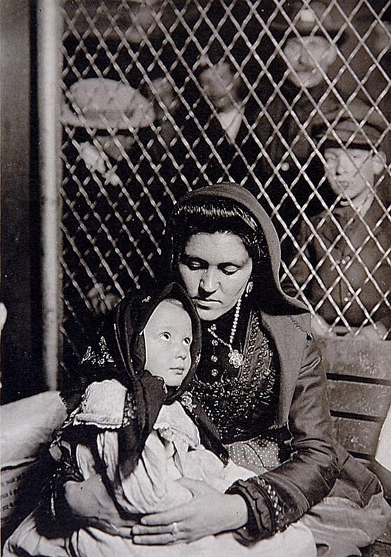 """Madonne italienne, Ellis Island"", 1905, HINE, Lewis, Paris, Musée Carnavalet, 1990."
