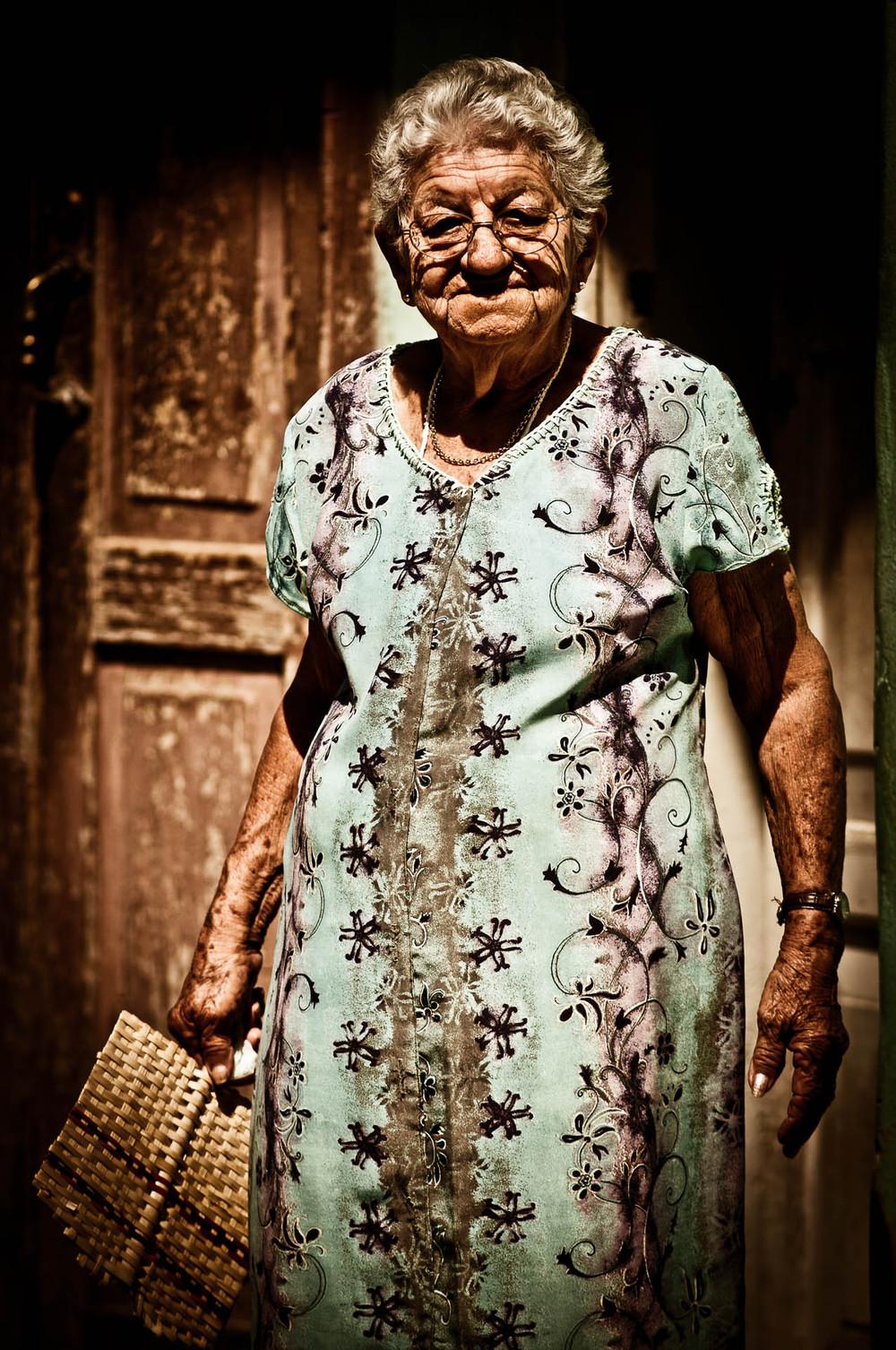 Babička v centru Trinidadu - čekal jsem možná půl hodiny, než vystoupila ze stínu na světlo.
