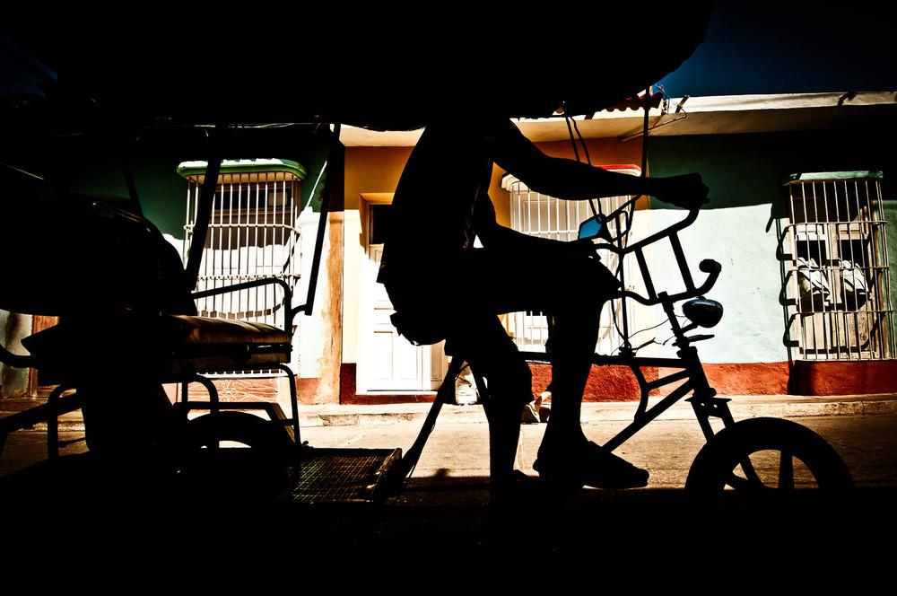 Bicitaxi - tak Kubánci říkají fenoménu, který mnoha z nim zajišťuje obživu. Trinidad.