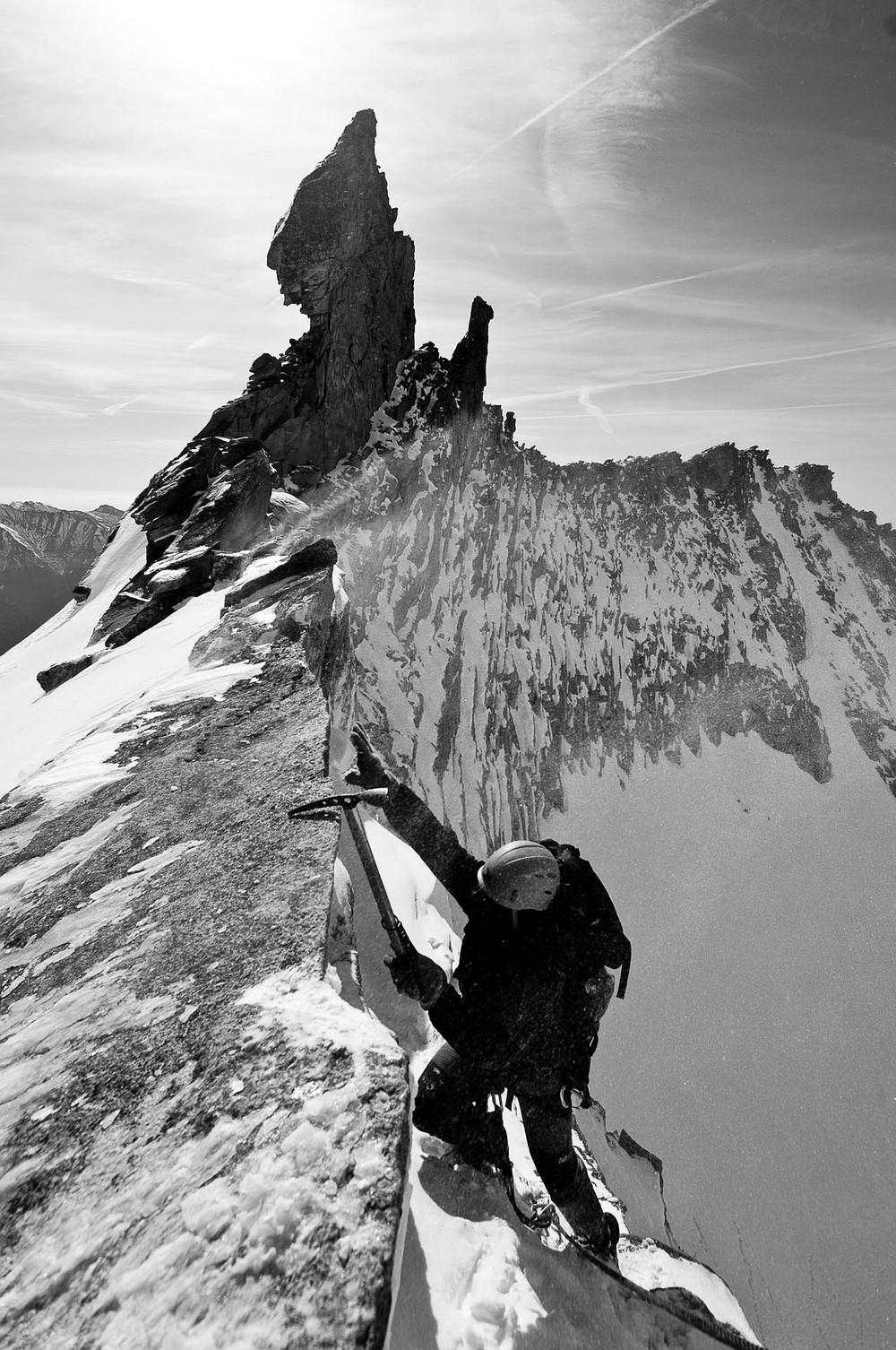 Tomáš se dere na vrchol stěny pod Steinerne Mandln (ten velký šutr nad ním)