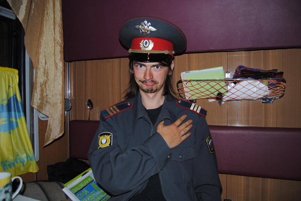 Závěrečná cesta se velmi protáhla... Scio v uniformě drážní policie, snímek Lenky